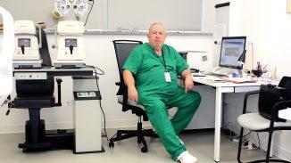 Piotr Voigt przy sprzęcie medycznym