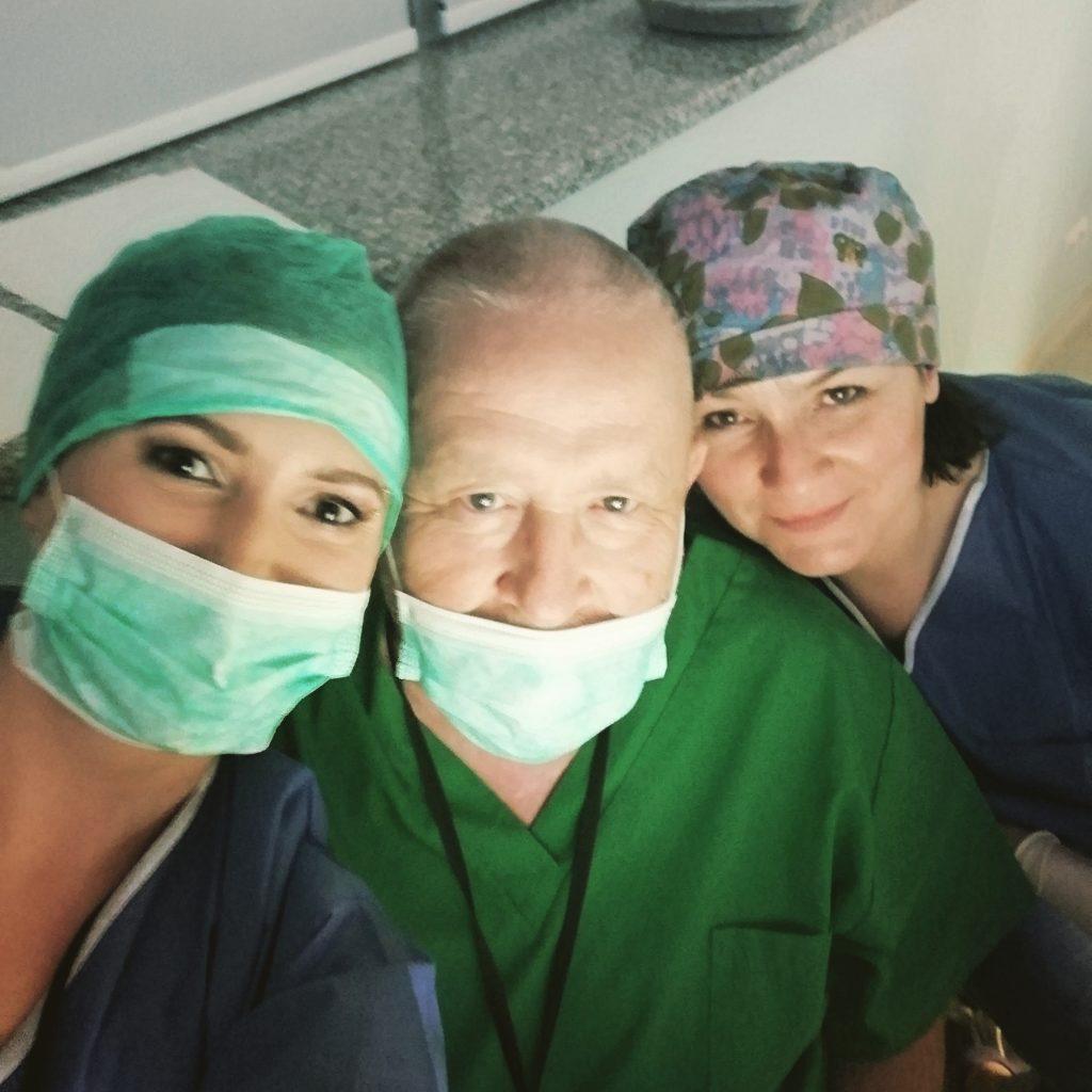 Troje członków zespołu Kliniki okulistycznej Voigt po przeprowadzonym zabiegu
