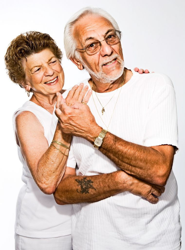 Para seniorów trzyma się za ręce