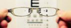 Tablica okulistyczna Snellena widziana przez okulary