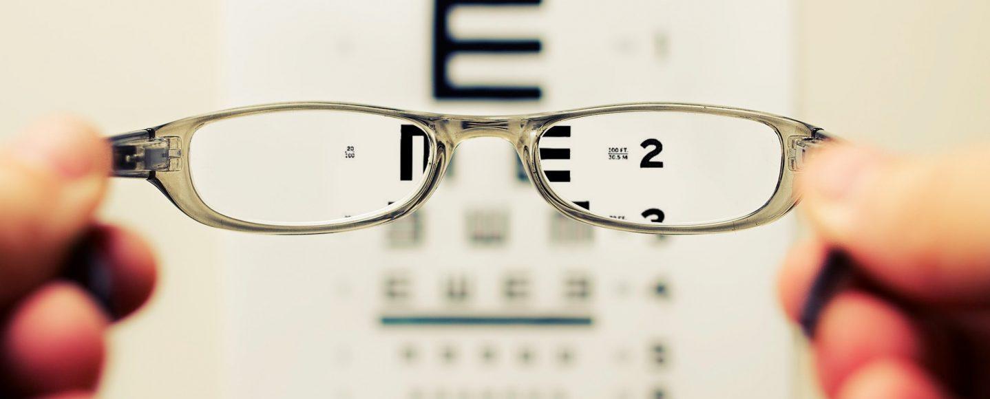 Tablica do czytania przez okulary